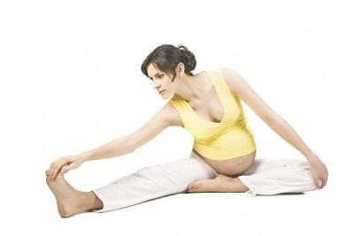 беременная девушка делает упражнения